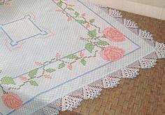 Bordado em tecido xadrez e barrado em croche - Rosas