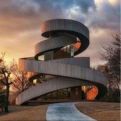 Este é o Ribbon Chapel, arquitetado por Hiroshi Nakamura & NAP Co., Ltd. Demais! #architecture #architect  #architects #exterior #exteriordesign #inspiration #pool #arquitetos #arquitetura #instagood #instahome #home #homedecor #archdaily #archilovers #arquiteto