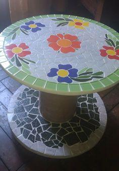 Mesa de Apoio para sala ou varanda, com rodizio. Sob encomenda pode ser feita em outras dimensões, cores ou padrão Mosaic Garden Art, Mosaic Flower Pots, Mosaic Wall Art, Mosaic Diy, Mosaic Crafts, Mosaic Projects, Wooden Spool Tables, Cable Spool Tables, Wooden Spools
