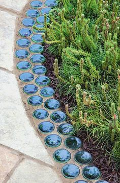 Garden Edging: Landscape Edging Ideas with Recycled Material.- Garden Edging: Landscape Edging Ideas with Recycled Materials Garden Edging: Landscape Edging Ideas with Recycled Materials Landscape Edging, Garden Edging, Garden Borders, Garden Beds, Garden Paths, Garden Art, Cut Garden, Desert Landscape, Path Edging