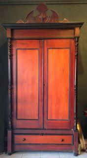 Elegante Ropero Victoriano fabricado en madera de lápiz (enebro).  Dimensiones:51 cms de profundidad1.04 mtrs de ancho2.37 mts de alto Presenta ligeros detalles de conservación.