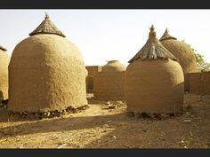 NIGER A Tabalak, se dressent ces étonnants greniers à céréales coiffés de chapeaux de paille pointus. Le village est installé près de l'une des plus importantes mares du Niger. Cette zone humide s'étendant sur plus de 700 km2 permet aux habitants de cultiver du mil et du niébé sur ces terres pourtant peu fertiles.