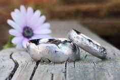 """Diese Art Ringe zu gestalten habe ich """"grenzenlos"""" genannt, die Trauringe sehen immer anders aus, es gibt keine Grenzen sie sind wild und ungestüm wie die Liebe selbst, mit Ecken und Kanten und niemals nur geradeaus.  Ergonomische Trauringe sind dazu äußerte bequem und super vom Tragekomfort.  Lust auf Individualität? Meldet euch! Gold, Rings For Men, Silver Rings, Super, Jewelry, Men Rings, Handmade, Love, Jewels"""