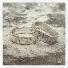 Pra começar bem o ano! Par de alianças em prata com textura. 😍💛✨