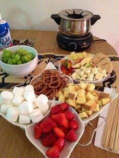 Girls Night In! With chocolate fondue recipe 🙂 Girls Night In! With chocolate fondue recipe :] Dessert Party, Snacks Für Party, Fruit Party, Party Appetizers, Party Drinks, Fondue Recipes, Cooking Recipes, Fondue Ideas, Dip Recipes