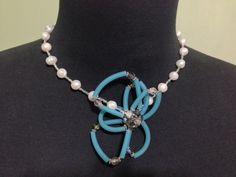 Collar con perlas de rio y cristalitos en una mezcla en el colgante central
