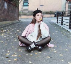 Love the color combination and style (tights, sneakers , beanie ) Korean Fashion Work, Korean Fashion Ulzzang, Korean Fashion Winter, Park Hye Min, Korean Girl, Asian Girl, Pony Makeup, Fall Collection, Autumn Clothes