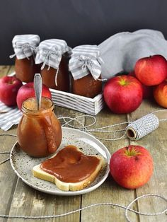Původně jsem hledala na pinterestu inspiraci na nový jablečný koláč a nakonec mě zaujal recept na husté pyré z jablek z pomalého hrnce. Jeli...