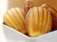 Learn How to make Madeleines cake Recipe Learn to cook Easy Madeleine Cakes Breakfast recipes easy cake recipes Köstliche Desserts, Delicious Desserts, Dessert Recipes, How To Make Madeleines, Madeline Cookies Recipe, Madeline Cake, Madelines Recipe, Madelines Cookies, Baking Recipes