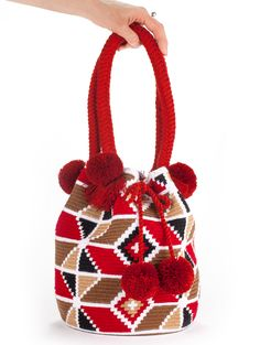 Learn to make wool pom poms to decorate your bags,shoes and jumpers Love Crochet, Crochet Motif, Knit Crochet, Tapestry Bag, Tapestry Crochet, Mochila Crochet, Tribal Bags, Sweet Bags, Crochet Purses