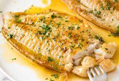 Vous avez un poisson blanc (Sole, Tilapia, Doré, Aiglefin, etc.)? Voici une recette qui est vraiment super RAPIDE et facile à faire... Fish Recipes Bbc, White Fish Recipes, Salmon Recipes, Seafood Recipes, Hake Recipes, Tilapia Recipes, Soup Recipes, Lemon Fish, Healthy Dinner Recipes