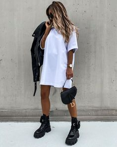 Edgy Outfits, Mode Outfits, Fall Outfits, Fashion Outfits, Fashion Hair, White Tshirt Outfit, Tshirt Dress Outfit, Moda Oversize, Look Kylie Jenner