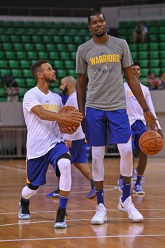 Golden State Warriors Pictures and Photos - - Golden State Warriors Pictures and Photos sport en plain aire Stephen Curry and Kevin Durant of the Golden State Warriors talk during practice and media availability at Shenzhen Gymnasium as part of 2017 NBA… Funny Basketball Memes, Nba Funny, Sports Basketball, Sports Memes, Basketball Players, Basketball Rules, Kyrie Irving, Toronto Raptors, Stephen Curry Basketball