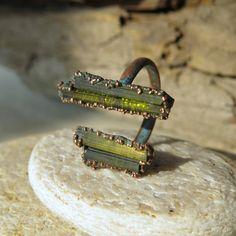 Raw tourmaline split ring Copper electroformed by LaurelinJewelry Just amazing Raw Gemstone Jewelry, Raw Crystal Jewelry, Copper Jewelry, Jewelry Art, Tourmaline Ring, Green Tourmaline, Thing 1, Raw Gemstones, Split Ring