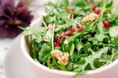 Quinoa-Salat mit Granatapfel, Rucola, Feldsalat und Walnüssen