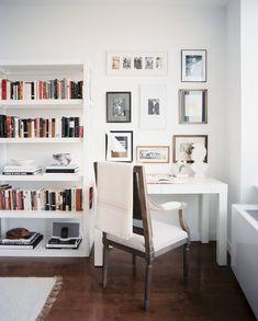Todo blanco: Estanteria blanca /Escritorio blanco con cuadros junto a ventana. Ideal para mi salon