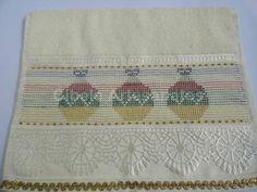 Toalha de lavabo, motivo natal, bordada a mão em ponto oitinho com linha metalizada e acabamento em sianinha dourada. R$ 18,00