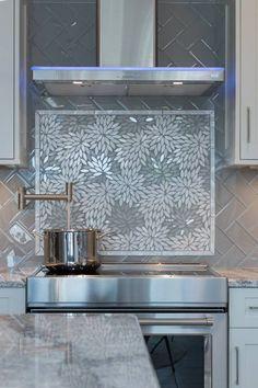 Diy kitchen backsplash cheap bath new Ideas Stove Backsplash, Mosaic Backsplash, Herringbone Backsplash, Mosaic Tiles, Kitchen Tiles, Diy Kitchen, Cheap Kitchen, Glass Backsplash Kitchen, Room Tiles