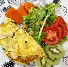 Fominha batendoooo  Omelete de cogumelos bertalha e cebolinha. Abóbora cozida no vapor salada verde azeitonas tomate.. Regados no azeite! E um pouquinho de kiwi de sobremesa!  Diliça  #lowcarb #lchf #eatclean #nutrideia #comidadeverdade #lowcarbdiet #healthylife #health #instafood #lifestyle #vidasaudavel #foodporn #instafit #fit #realfood #foodpic #dietalowcarb #cleaneating #lchfbrasil #RA #paleolife #paleoeats #dietapaleo #paleofood #paleo #IPaleo #paleobr #paleodiet #30diasbichoeplanta…