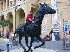 Araber Rennpferd, hergestellt aus 35 gebraucht Reifen in 6 Wochen wärend des shopping Festivals in Dubai Cheval de course d'Arabie, en 35 pneus usagés en 6 semaines instant pendant le festival du shopping à Dubaï