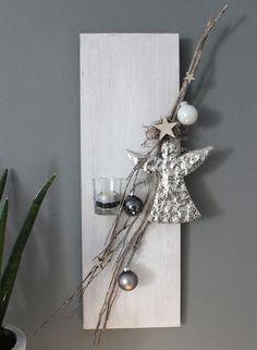 AW78 – Weihnachtliche Wanddeko! Holzbrett, weiß gebeizt, dekoriert mit einem Rebenast, Sterne, Kugeln, einem Engel aus Metall und einem Teelichtglas! Preis 29,90€ Größe 20x60cm