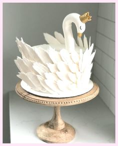 Easy Cake : It was fun to do this! How elegant is this swan ? 🦢 Side note: It was also . Pretty Cakes, Cute Cakes, Beautiful Cakes, Dessert Design, Decoration Evenementielle, Animal Cakes, Cake Decorating Techniques, Novelty Cakes, Birthday Cake Girls