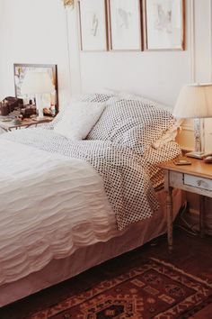 Traditional bedroom, rug, bedside table, three pictures above bed - Studio BMK*: noviembre 2013