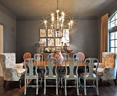 Dining room with painted chairs Dining Room Inspiration, Home Decor Inspiration, Dining Room Design, Dining Rooms, Dining Tables, Grey Walls, Sweet Home, New Homes, House Design