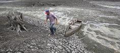 Un hombre camina junto a su barca en el lago Las Canoas, a 59 kilómetros de Managua, en plena sequía causada por El Niño en 2010 (Reuters/Archivo).