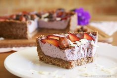 17 Decadent Raw Vegan Desserts Find our 17 favorite recipes for healthy & guilt-free indulgence. Perfect for summer! Your family and friends will love them too. Brownie Desserts, Oreo Dessert, Mini Desserts, Coconut Dessert, Raw Dessert Recipes, Tofu Dessert, Healthy Vegan Dessert, Cake Vegan, Raw Vegan Desserts