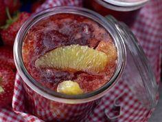 Erdbeer-Orangen-Marmelade mit Orangenlikör: Bei dieser Konfitüre ist schlechtes Gewissen fehl am Platz. Sie kommt mit weniger Zucker aus als gekaufte.