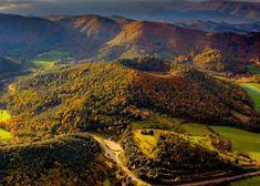 Las secuoyas cántabras que enseñan a cuidar el planeta | El Viajero | EL PAÍS Golf Courses, Mountains, Nature, Travel, Natural Playgrounds, Wooden Walkways, Planets, Majorca, Naturaleza