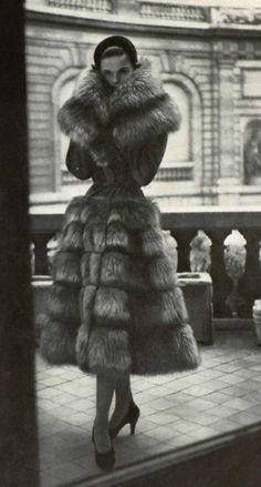 fur would never be worn nowadays. 1950 Jacques Griffe How to Create a Vintage Style Home Decor Vin Fur Fashion, 1950s Fashion, Vintage Fashion, Womens Fashion, Sporty Fashion, Petite Fashion, Dress Fashion, Vintage Glamour, Vintage Beauty