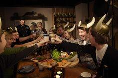 Päällikön pitojen kohokohta on ruoka, joka valmistetaan Haraldin herkkukeittiön parhaista suunmukaisista. Herkullisen ja runsaan menun pidoissa esittelee Patavahtien päällikkö, joka johdattaa tarinoillaan osallistujat matkalle viikinkiaikaan. Ja Haraldin käskystä henkilökuntamme pitää huolta, että ruokaa riittää pöydässä koko pitojen ajan suuremmankin nälän taltuttajien ollessa paikalla. www.ravintolaharald.fi Finland, Restaurants, Cafes, Restaurant