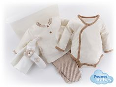 Maletin de regalo para bebés con un pijama y body de entretiempo de algodón orgánico,manta y sonajero http://www.pequesybebes.es/regalos/131-maletin-regalo-recien-nacido-bebe-algodon-organico.html