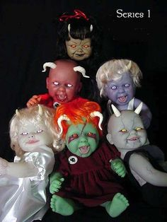 18 Recycled Doll Designs - From Barbie Foosball Tables to DIY Chandeliers Made of Old Dolls (CLUSTER) halloween recipes ideas Halloween Doll, Creepy Halloween, Halloween Birthday, Halloween Projects, Diy Halloween Decorations, Holidays Halloween, Halloween Inspo, Halloween 2019, Halloween House