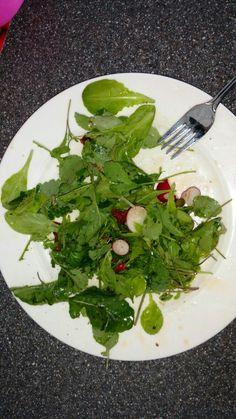 Radijsloofsalade met ingemaakte radijsjes. Ik vond het heerlijk. Je kan er natuurlijk ook bijvoorbeeld geitenkaas bij doen en nog wat noten.
