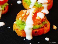 Blog de cuina de la dolorss: Aperitivos...Tostada de cebolla con aguacate y samón