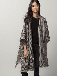 JACQUARD CAPE from massimo dutti with black skinny jeans black tee and over-the-knee suede black boots Capes & Ponchos, Style Minimaliste, Knitwear Fashion, Mode Hijab, Minimal Fashion, White Women, Pulls, Cardigans For Women, Dress To Impress