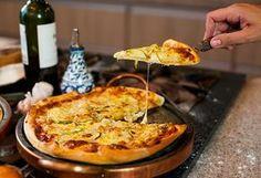 um dos lanches favoritos é a pizza, que em muitas cidades italianas é comida de forma dobrada.