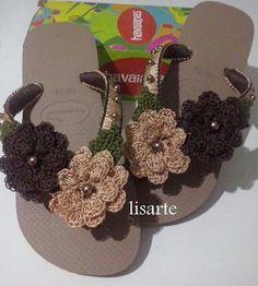 Chanclas con flores marrón y camello crochet