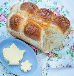 Ingredients: 1 kg cake flour 2 t salt 100 g sugar 1 T aniseed 1 x 10 g sachet instant dry yeast 100 g butter 1 cup white apple juice ½ cup milk 1 cup water Orange marmalade, for serving