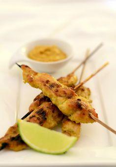 Ein leckerer Snack aus der thailändischen Küche: Mariniertes Hähnchenbrustfilet mit einem süß-sauren Erdnusscreme-Dip Weiterlesen →