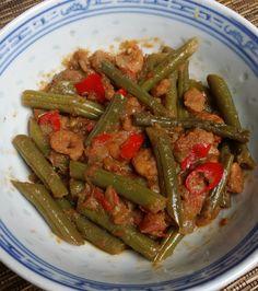 """Sambal goreng buncis dan udang, oftewel: sg boontjes met garnalen. Misschien denk je nu: """"Hee, ik heb ooit 'ns sambal goreng boontjes gegeten, maar daar zaten helemaal geen garnalen bij!"""" In dat geval zeg ik: """"Nou, dat kan wel, want niet verplicht, die roze komma's. Maar als je echt lekkere sg boontjes wil eten, doe ... Lunch Recipes, New Recipes, Healthy Recipes, Mumbai Street Food, Dairy Free Diet, Tasty, Yummy Food, Cooking Together, My Best Recipe"""