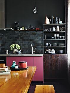 Cozinha com Bancada Rosa e Parede Preta