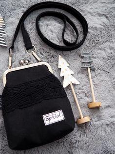 Pikkulaukku pitsillä - Ohje kehyskukkaroon tai - laukkuun - Punatukka ja kaksi karhua Sewing Crafts, Sewing Projects, Fabric Stamping, Clutch Purse, Handicraft, Little Ones, Purses And Bags, Diy And Crafts, Sewing Patterns