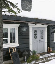 This feels like a fairytale cottage. Home exterior inspiration Lake Cabins, Cabins And Cottages, Scandinavian Cabin, Norwegian House, Unique Garden, Mountain Cottage, Winter Cabin, Cabin Interiors, Design Interiors