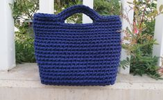Using t-shirt yarn, you can make very elegant handbags in different designs and sizes. In this tutorial you can learn how to crochet a bag step by step. Crochet T Shirts, Crochet Tote, Crochet Handbags, Crochet Purses, Crochet Slippers, Crochet Yarn, Crochet Pattern Free, Bag Pattern Free, Crochet Patterns