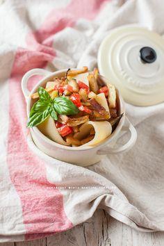 Pasta con melanzane fritte e dadini di pomodoro fresco