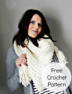 free crochet pattern scarf Have you made a triangle scarf yet? This chunky tassel scarf can be worn as a scarf or wrap. Get the free scarf pattern from Sweet Everly B